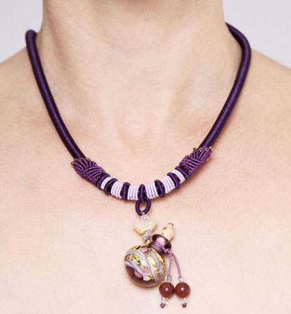 collier en verre aromatique